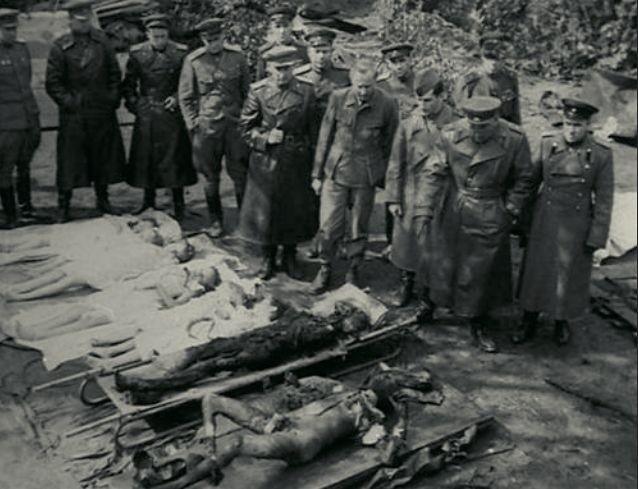 Советские военные осматривают трупы Адольфа Гитлера и Геббельсов