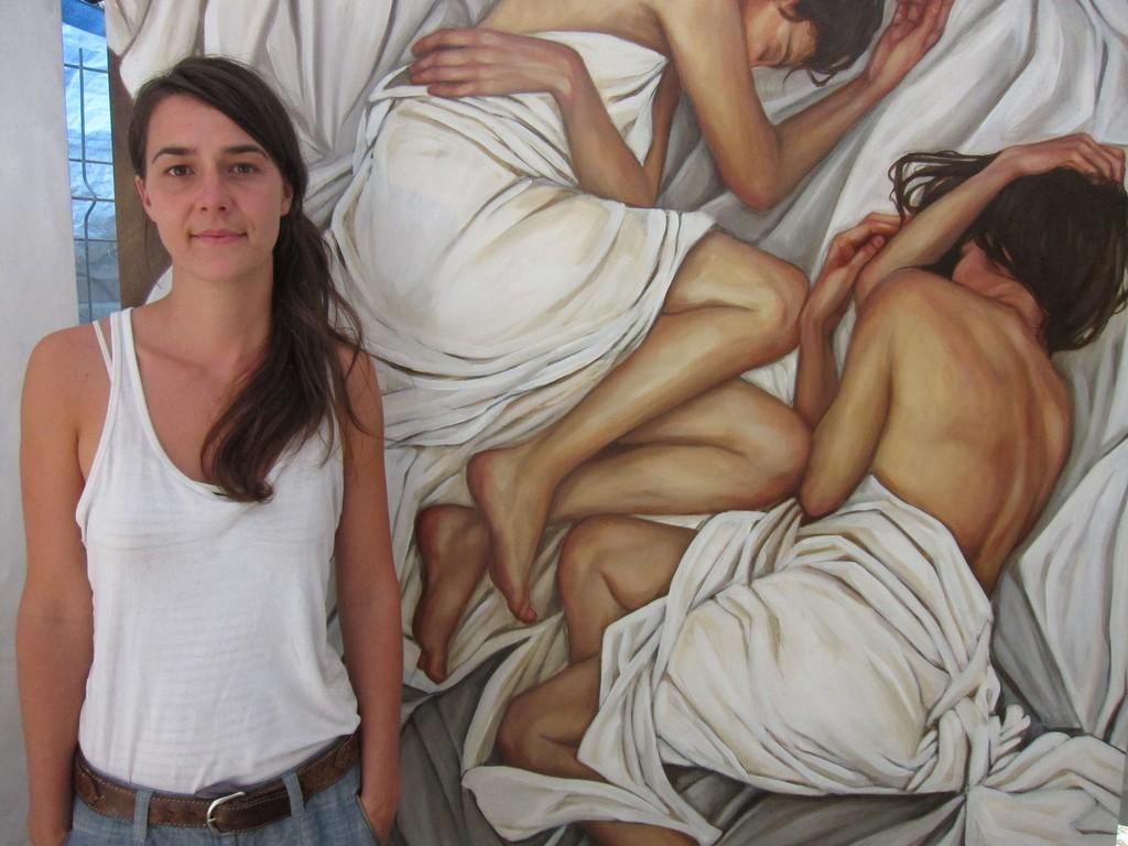 художница Энни Вейч со своей картиной